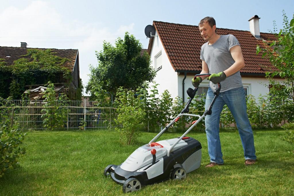 TOEIC Part1 芝を刈っている人